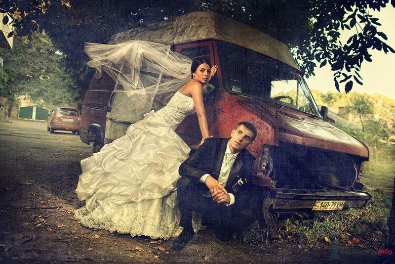 Жених и невеста стоят вместе возле большой машины - фото 54978 ВаленТинка:)