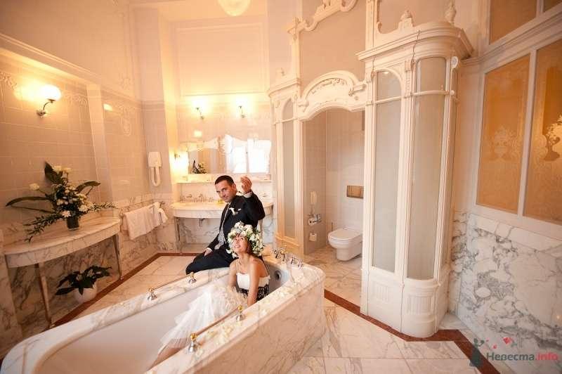 Жених и невеста сидят, прислонившись друг к другу, в шикарной ванной комнате - фото 48126 Цирца