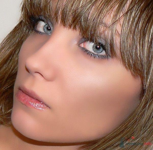 Романтический образ невесты выражен в прическе из распущенных волос средней длинны, макияжем в сером тоне - фото 49734 eDeLvEyS