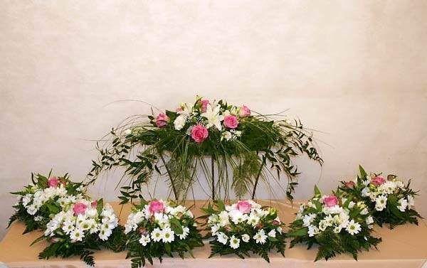 Композиции из розовых роз, белых хризантем, лилий плюмозуса, рускуса и папоротника.  - фото 2587505 Цветочный магазинчик - услуги оформления