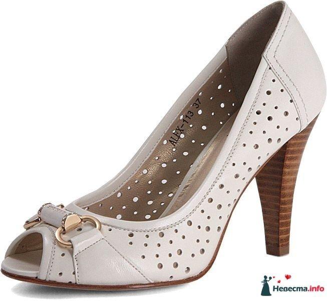 Белые туфли с перфорацией на большом под дерево каблуке с открытым носком и брошкой спереди. - фото 93522 Alenushka