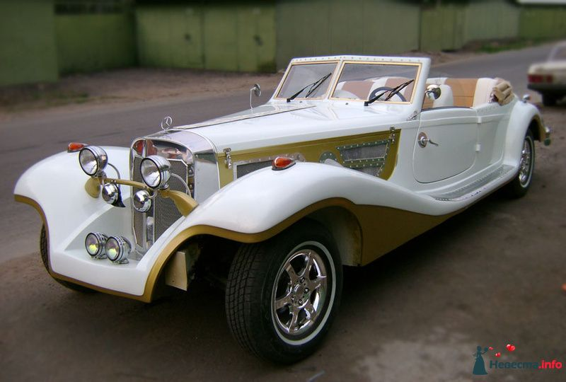"Золотисто- белый ""Mercedes"" на фоне гаражей."