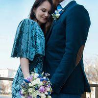 Если невеста обладает ровным и спокойным нравом, лучше всего подбирать букет правильной круглой формы, составленный из роз и оформленный в бело-розовой цветовой гамме.