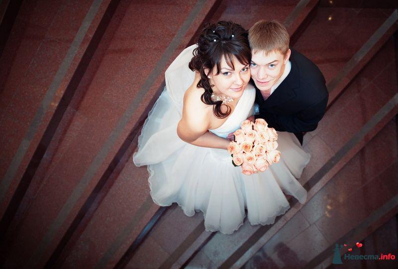 Жених и невеста, прислонившись друг к другу, стоят на фоне ступеньках - фото 112278 *сладкая Аленка*