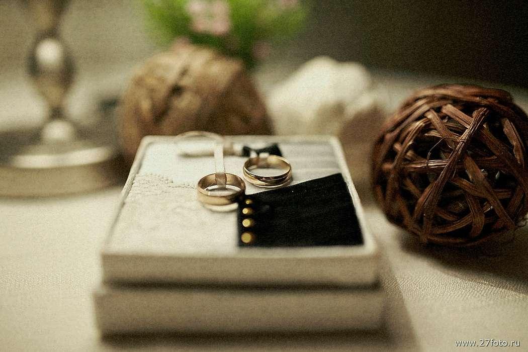 Золотые обручальные кольца, выполнены в классическом стиле в коробочке для колец. - фото 1811267 27foto - фотографы