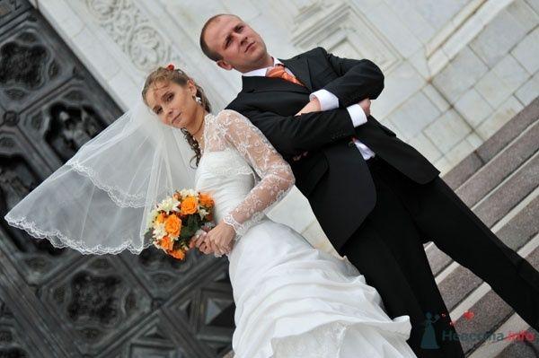 Жених и невеста стоят, прислонившись друг к другу, на фоне белого дома - фото 51572 Петрова Виления, свадебный фотограф