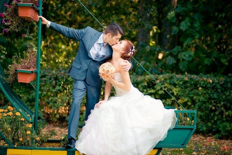 Жених и невеста стоят, прислонившись друг к другу, в парке возле - фото 51698 Sunny-Angel