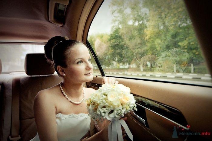 Невеста с букетом у окна лимузина - фото 64220 Фотограф Владимир Будков