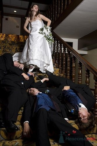 Друзья жениха не устояли перед красотой невесты :) - фото 4892 Свадебный распорядитель - Бедрикова Оксана