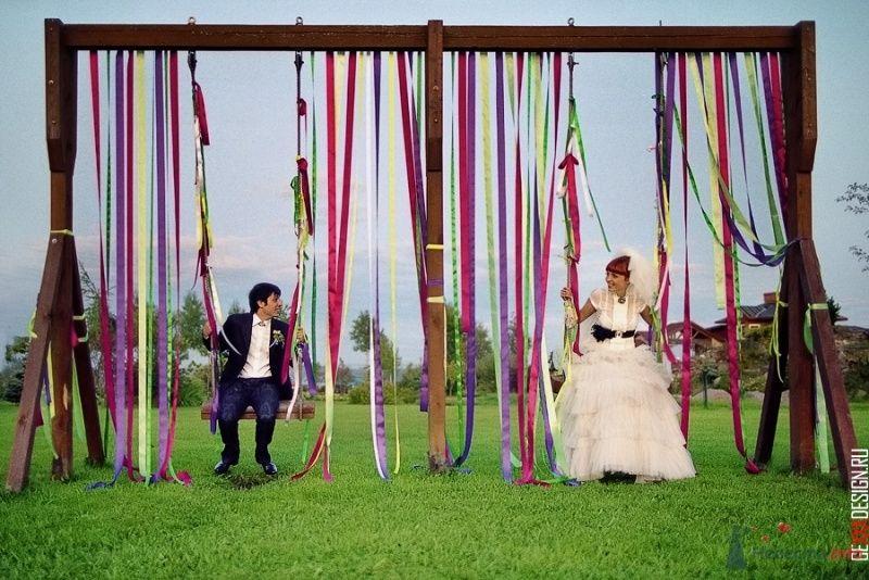 Фотосессия жениха и невесты на качелях, украшенных разноцветными атласными лентами - фото 54844 Свадебный распорядитель - Бедрикова Оксана