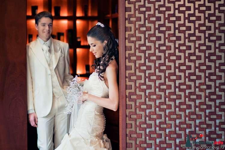Жених и невеста стоят на небольшом расстоянии друг от друга в комнате - фото 98627 Chanel№5
