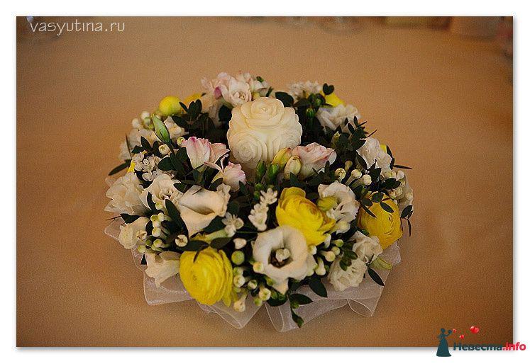 Букет круглой формы из желтых роз, белых эустом,  мелких белых роз и