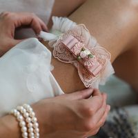 Подвязка 890 р. Бежевая резинка и фатин. Декоративный элемент пудрово-розового оттенка.