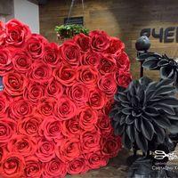 Фотозона с красными розами в аренда