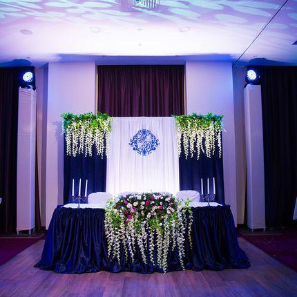 Оформление зала в синих тонах