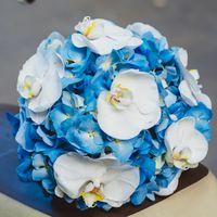 Круглый букет невесты из голубых гортензий и белых орхидей