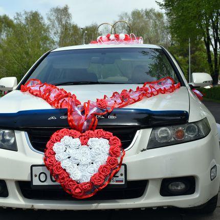 Свадебные украшения на машину напрокат в красно-белом цвете