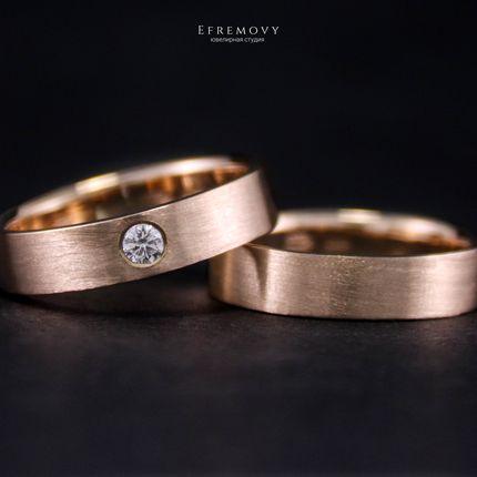 Сатиновые обручальные кольца с бриллиантом