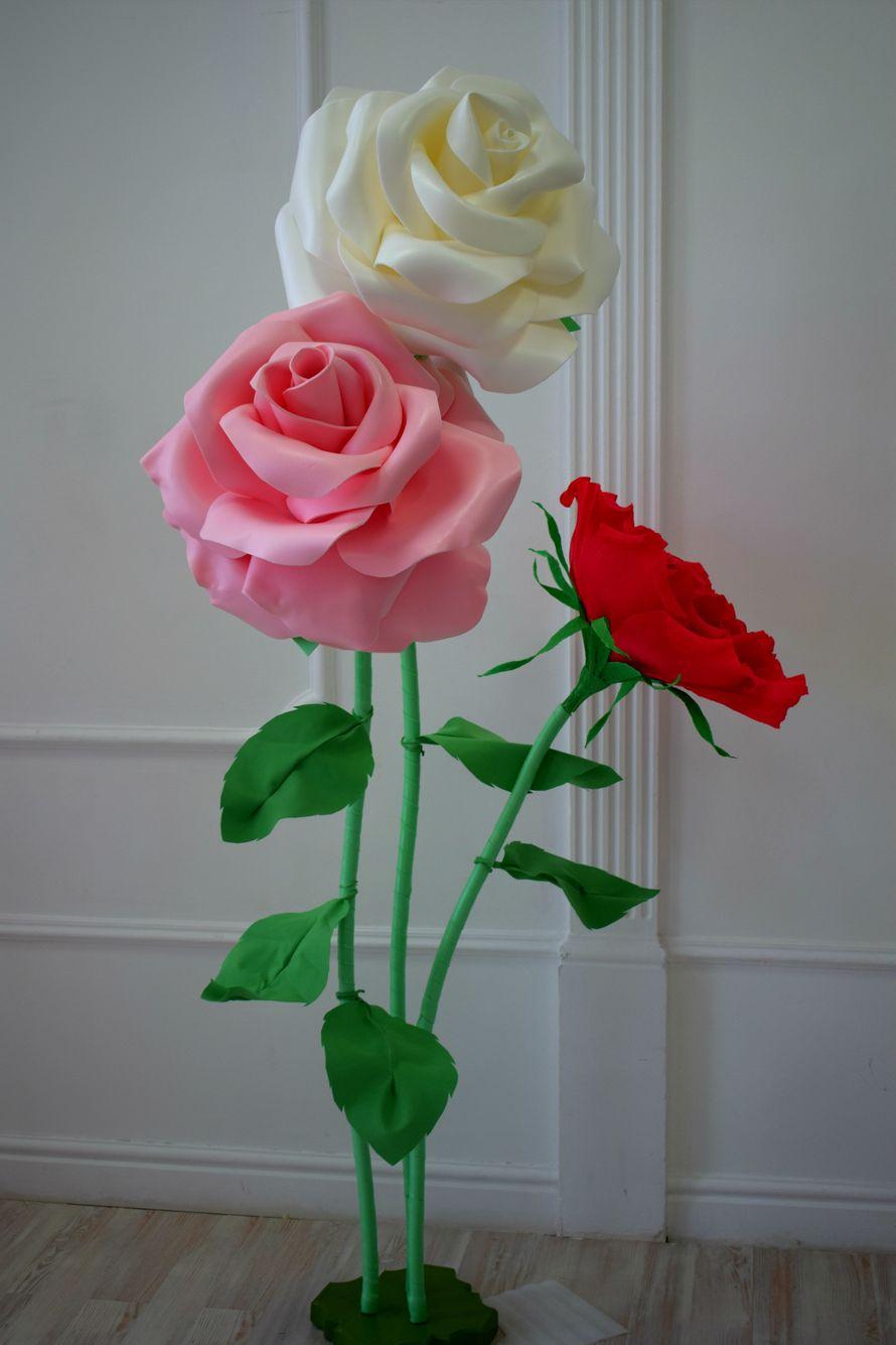 Стойка с тремя бутонами роз в аренду