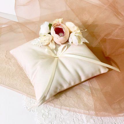 """Подушечка для колец """"Персиковые цветы"""""""