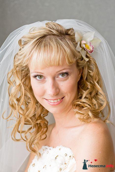 Нежный свадебный образ невесты подчеркнут прической на длинные волосы- собранные локоны, украшенные фатой и цветком - фото 117220 Claire