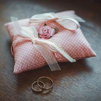 Розовая в горошек подушечка для колец