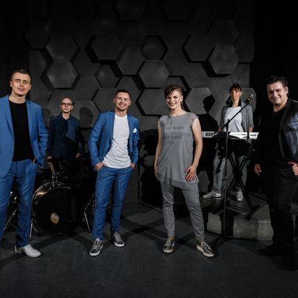 Выступление кавер-группы, 6 исполнителей