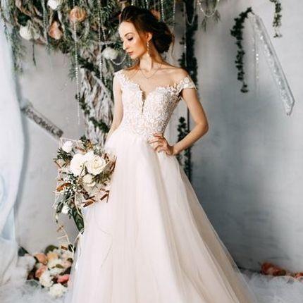 Облегченное платье в нюдовом оттенке