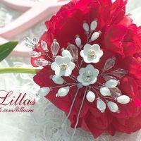 Шпилька с белыми цветами и веточками из перламутра
