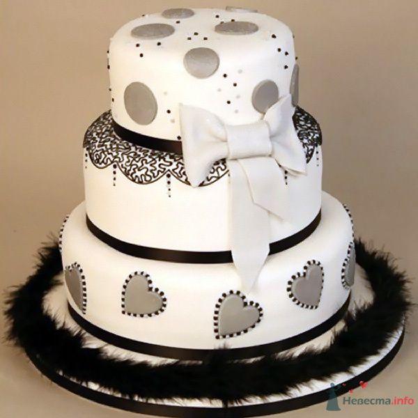 Трехъярусный свадебный торт, в белой мастике, украшенный черным орнаментом, серым бантиком и мехом  - фото 79373 ~Elle~