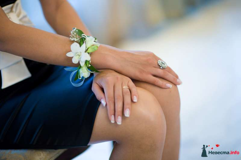 Бутоньерка-браслет для подружки невесты из белой фрезии, белой гипсофилы и зеленых листьев котинуса, завязанная белой атласной - фото 150367 ~Elle~