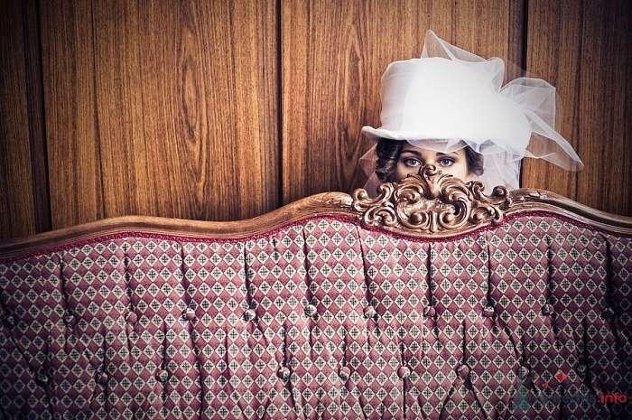 На голове невесты белый цилиндр с бантом из фатина - фото 65567 disandra