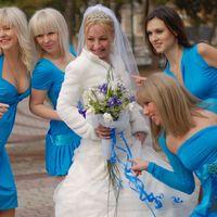 Подружки в голубом и невеста