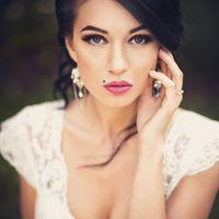 Портрет невесты крупным планом, красивый макияж невесты, свадебная фотосессия на природе