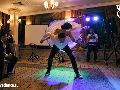 Супер позитивный свадебный танец от супер позитивной пары!