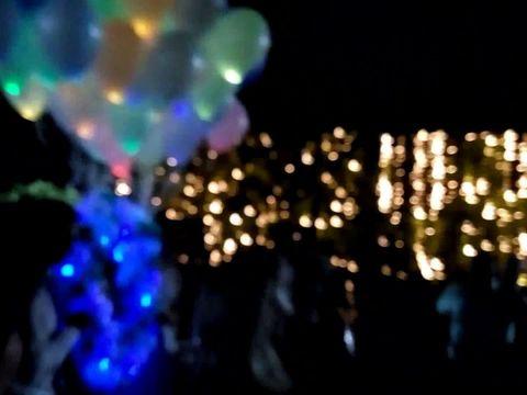 Запуск светящихся шаров на свадьбе