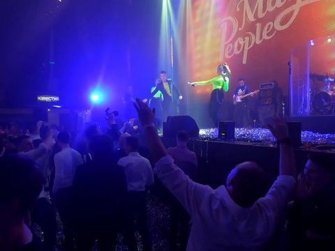Весь зал поёт с Magic People!